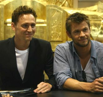 Hemsworth_Hiddleston_SDCC_2010_4.jpg